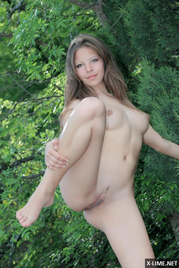 Эротическая фотосессия обнаженной девушки в горах (20 ФОТО)