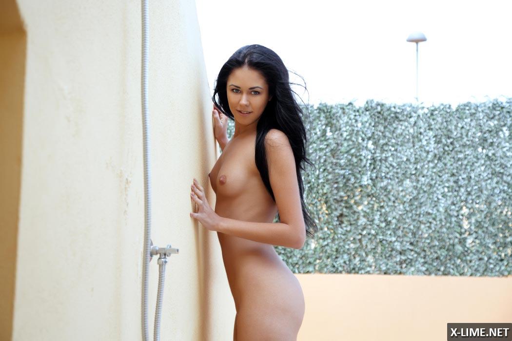 Голая брюнетка на улице в душе, эротические фото
