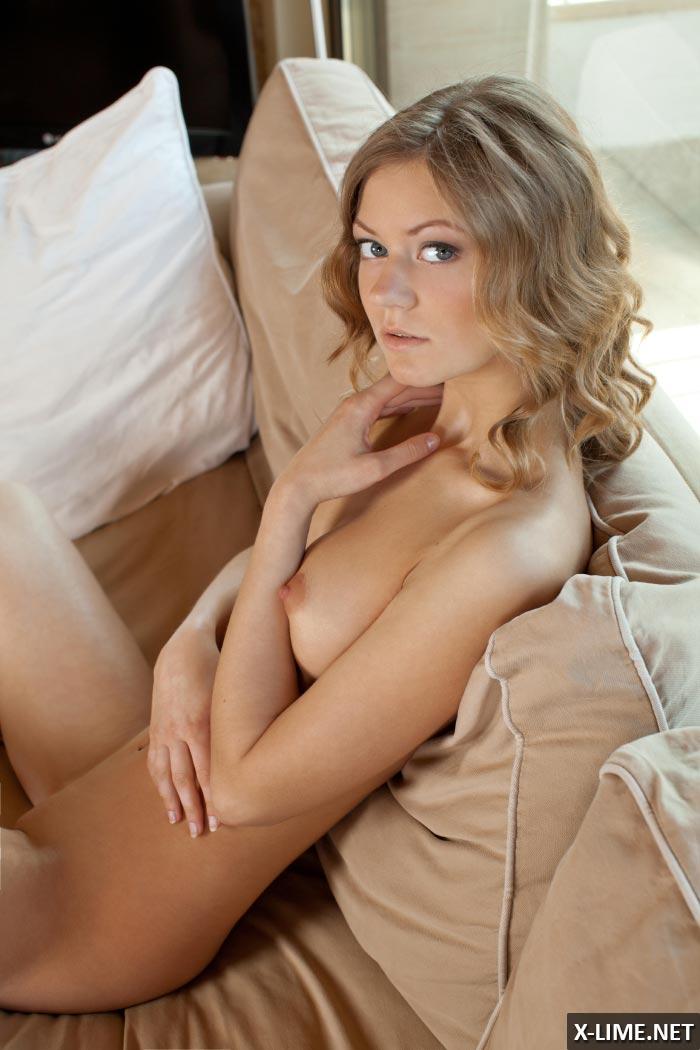 Эротические фото симпатичной блондинки на диване