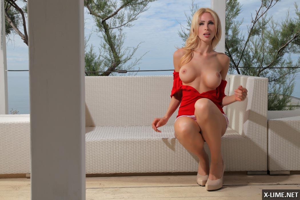 Худая блондинка с большими сиськами