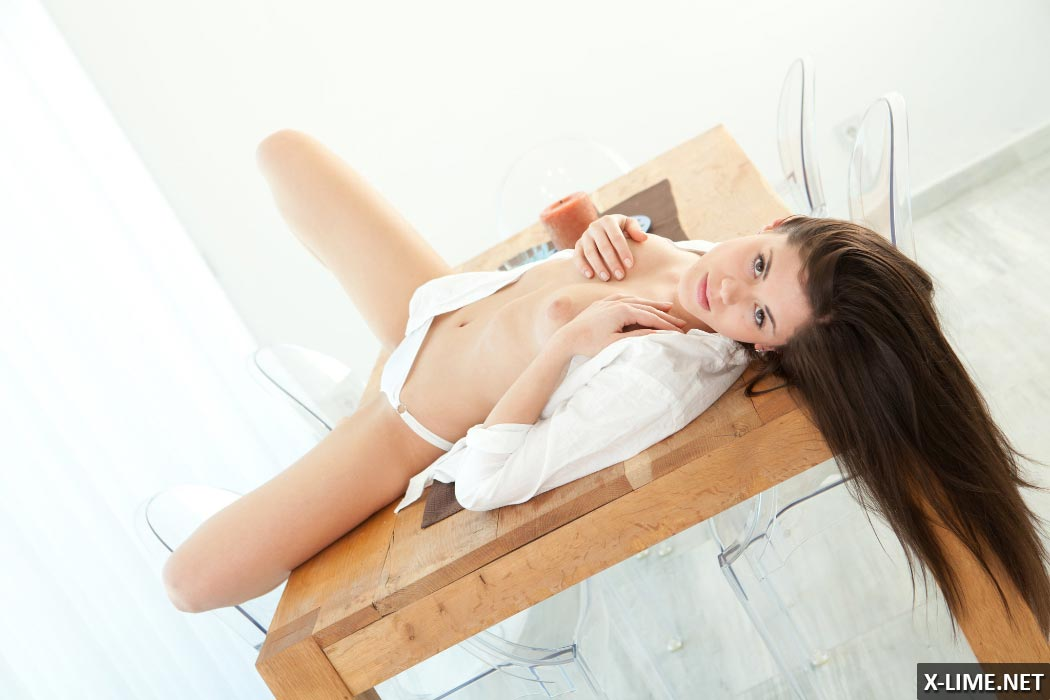Молодая девушка мастурбирует на столе