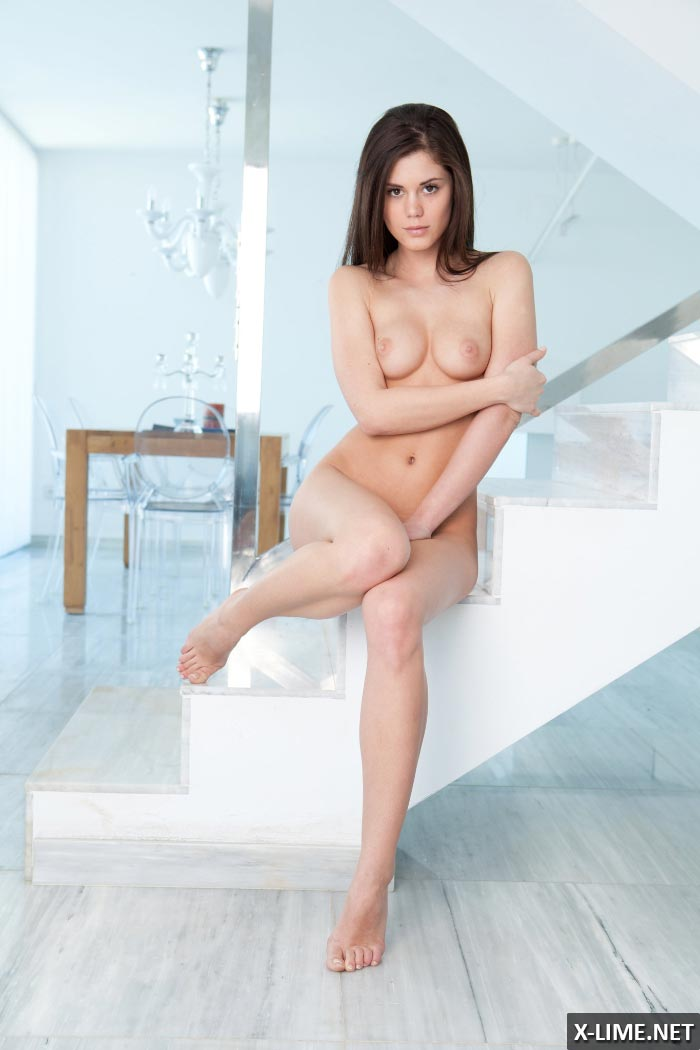 Красивая девушка мастурбирует на лестнице