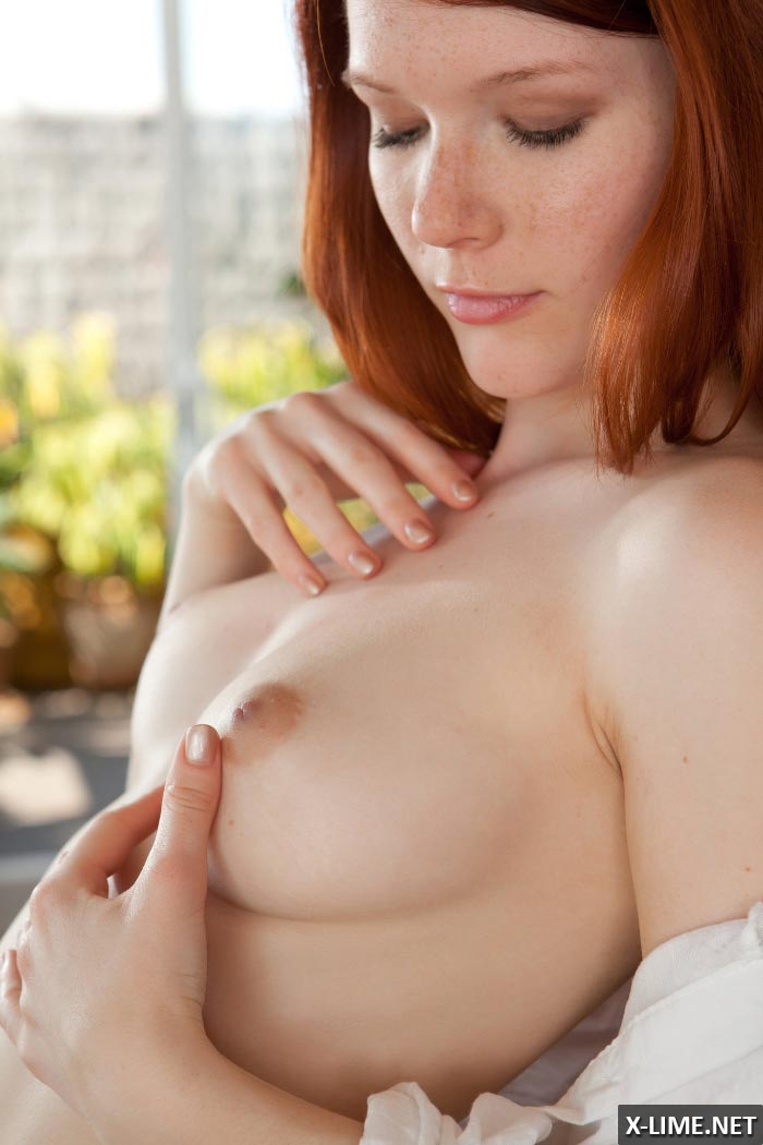 Красивая рыжая девушка мастурбирует