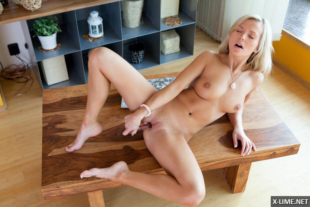Сисястая блондинка мастурбирует игрушкой