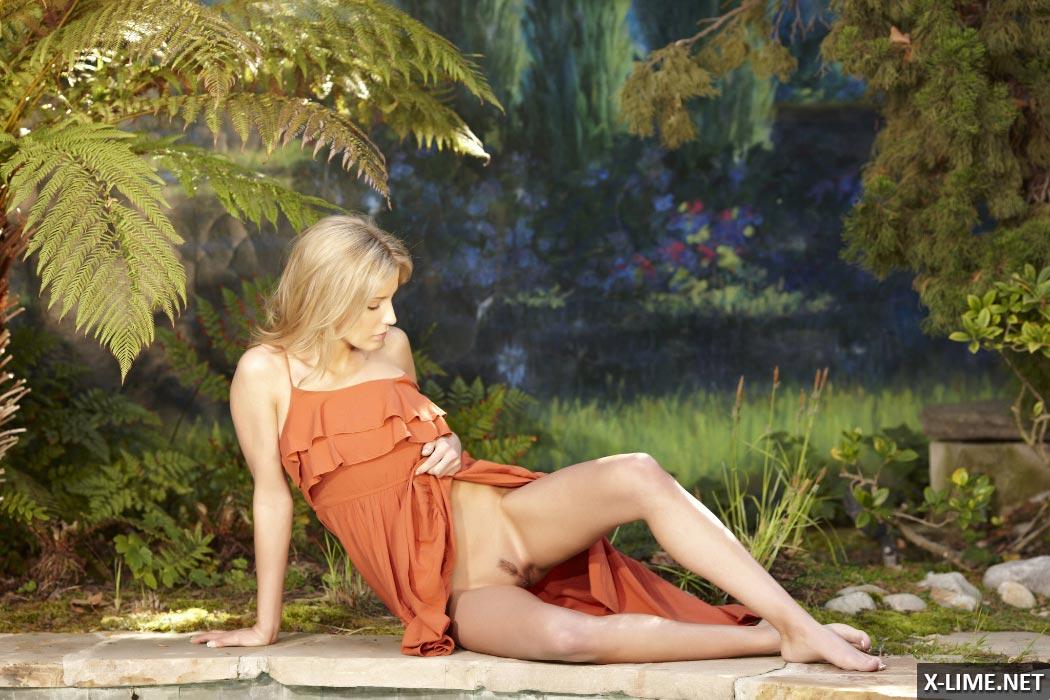 Красивая блондинка мастурбирует возле бассейна
