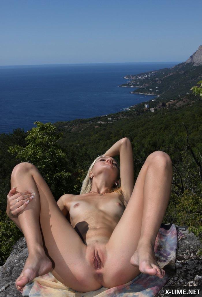 Голая худая блондинка на природе